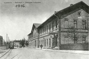 1916 - pohled na budovu nádraží ze vstupní strany.jpg