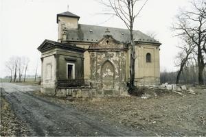 r. 1993 - kostel s hrobkou rodiny Staňků - vpravo - a hrobkou rodiny Fornerů - vlevo.jpg