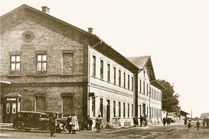 30. léta 20. stol. - pohled na budovu nádraží ze vstupní strany.jpg