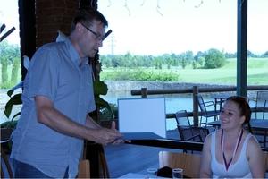 5_primátor Jan Wolf věnoval tanečníkům dárkový poukaz na návštěvu zámku Fryštát