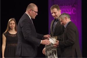 06_a dále za HCB Karviná Marek Michalisko a Jana Hajžmanová, za kterou cenu převzal Jaroslav Hudeček (vpravo)