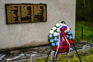 6_hrob sovětských válečných zajatců v Karviné-Dolech.jpg