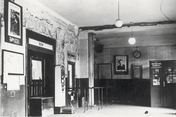 50. léta 20. stol. - interiér nádražní čekárny a výdejny jízdenek .jpg