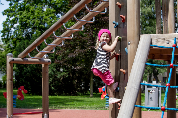 Dětské hřiště v Univerzitním parku v Karviné-Fryštátě.jpg