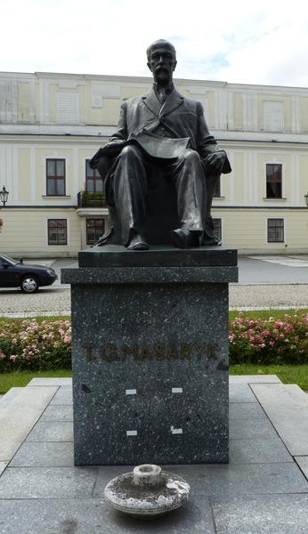Karviná,_Fryštát,_socha_TGM_na_náměstí_(1).JPG
