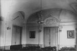 r. 1930–1938 - zasedací sál radnice z období 1. republiky s velkým státním znakem a fotografiemi starostů města.jpg
