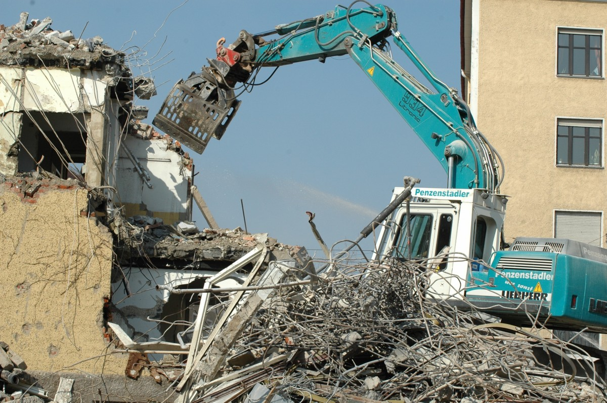 crash-site-crane-water-construction-workers-gutting-building-tear-off-669729.jpg